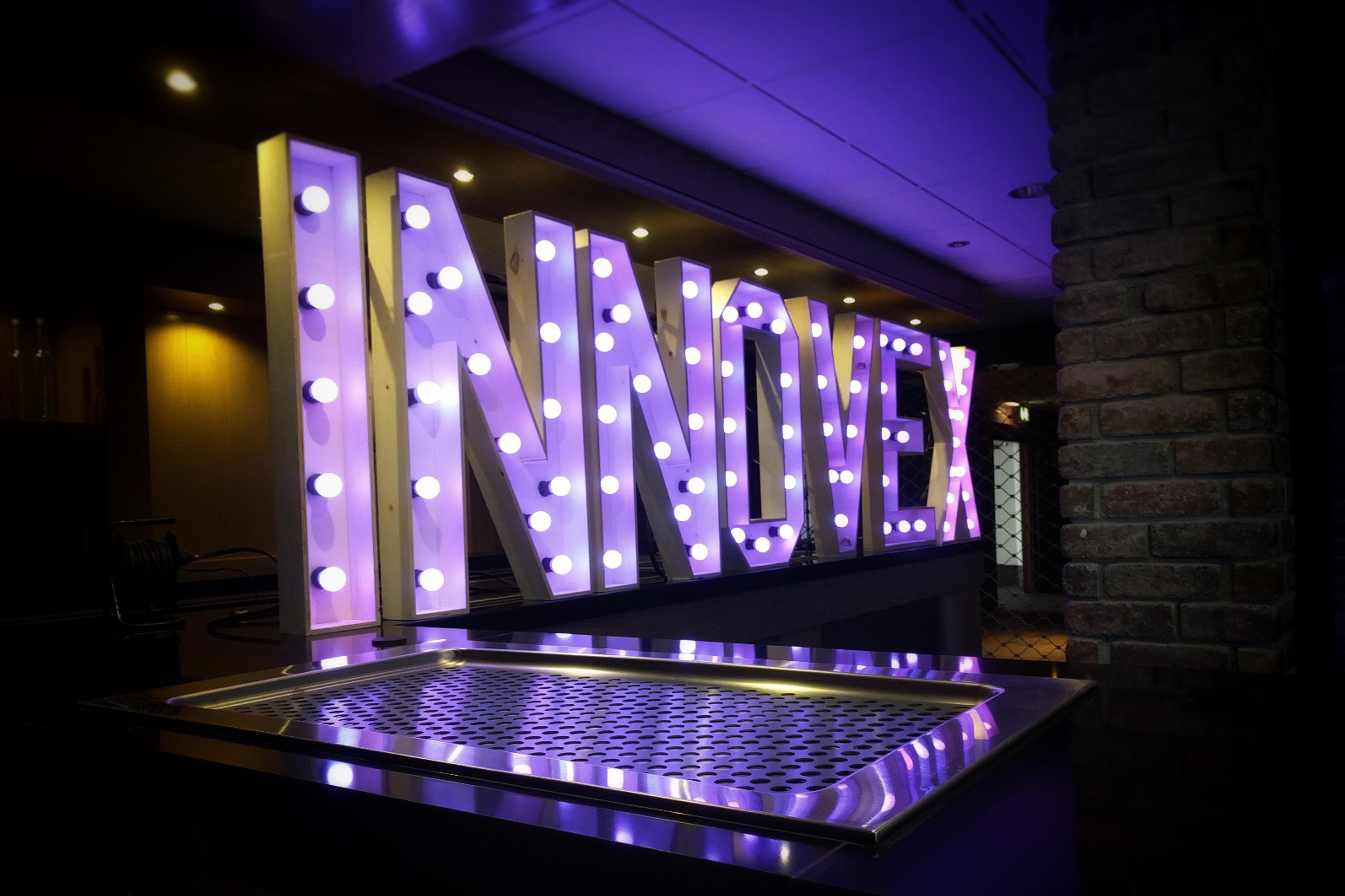 Letters Met Licht : Xl led letters huren de leukste sfeervolste lichtletters van
