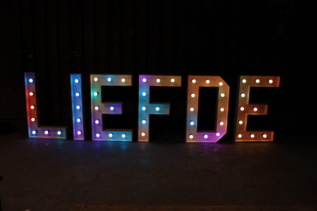 liefde bruiloft licht letters