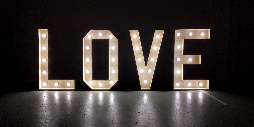 LOVE letters bruiloft huren