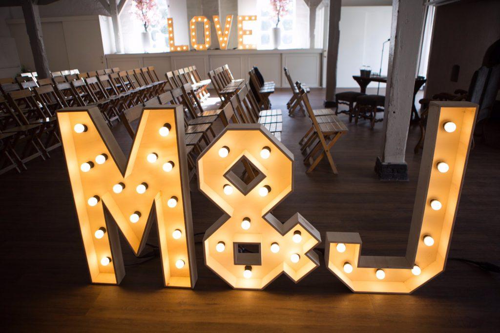Initialen licht letters huren