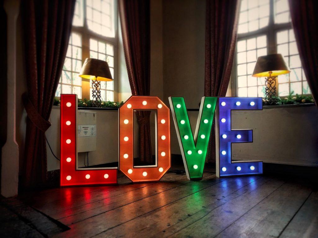 bruiloft licht letters love